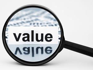 L'adage boursier dit que pour gagner en bourse, il suffit d'acheter bas et de vendre haut. Commencer par acheter ce qui n'est pas cher semble être un bon début. D'autant plus que dans un monde à croissance limitée, mieux vaut tirer parti des retours à la moyenne de bourses, secteurs ou thèmes sous-évalués.